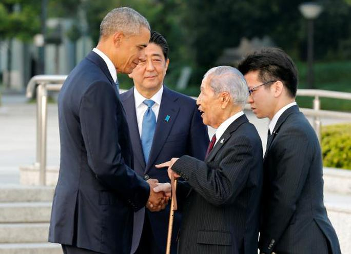 Ông Obama đã bắt tay và trò chuyện với những người sống sót trong hai vụ đánh bom nguyên tử vào năm 1945. Ảnh: Reuters