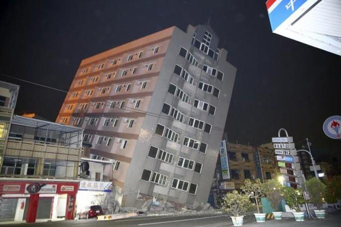 Tòa cao ốc khác bị nghiêng sau động đất. Ảnh: Reuters