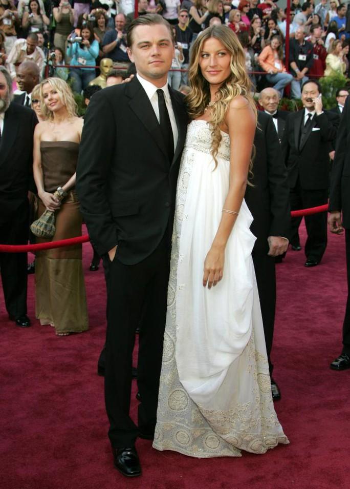 Leonardo và bạn gái Gisele Bundchen trên thảm đỏ Lễ trao Giải Oscar năm 2005. May mắn không mỉm cười cùng Leonardo, anh trượt!