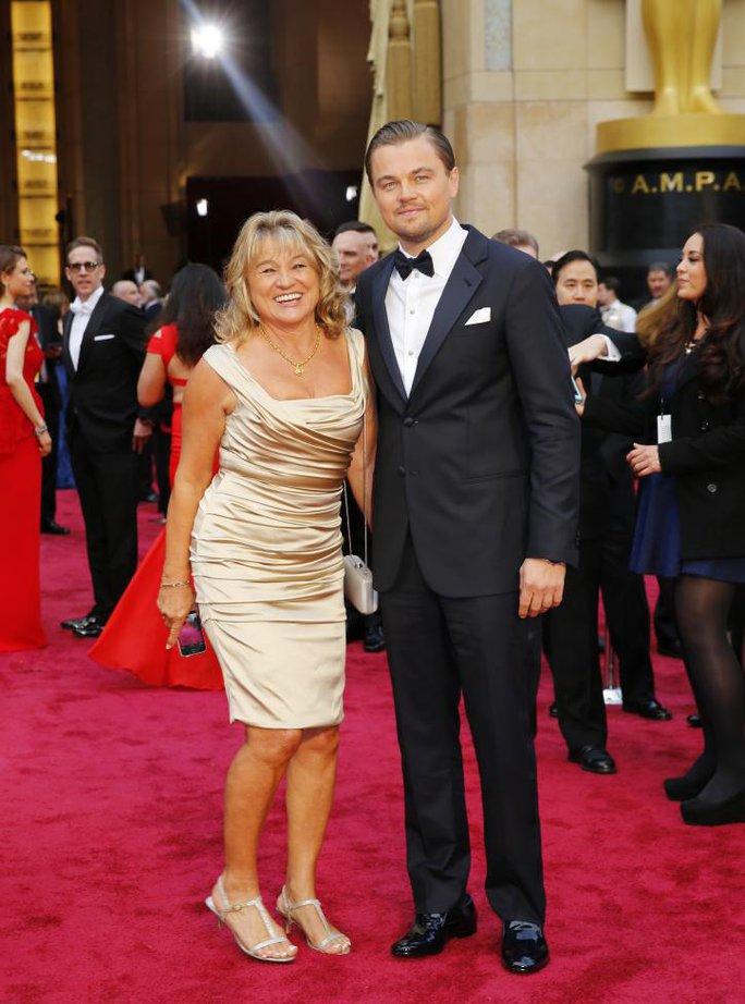 Leonardo DiCaprio và mẹ trên thảm đỏ Oscar năm 2014. Năm này, anh được đề cử hạng mục Nam diễn viên chính xuất sắc nhất với vai diễn trong phim The Wolf of Wall Street