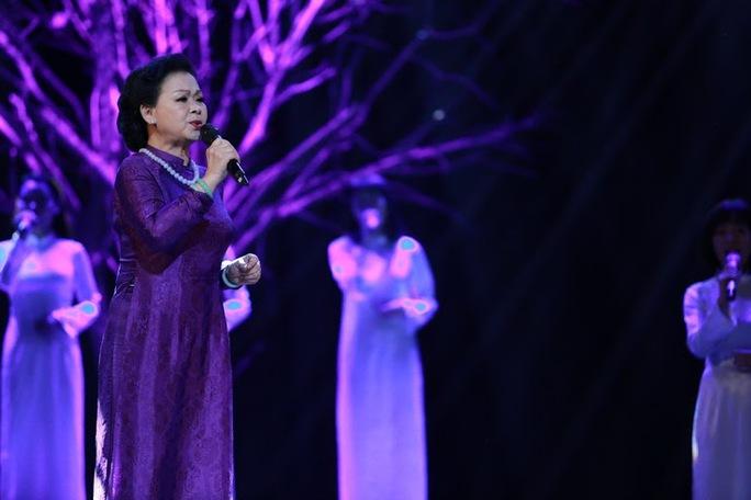 Khánh Ly không kể nhiều về Trịnh Công Sơn nhưng những ca từ của nhạc Trịnh thấm vào từng lời tâm sự của bà
