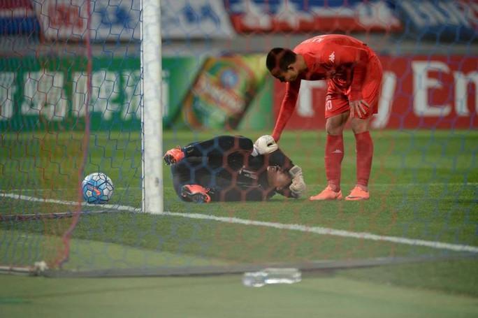 Đáng tiếc là thủ môn Tấn Trường dù bắt hay ở hiệp 1 nhưng lại mắc lỗi trong bàn thua 1-2