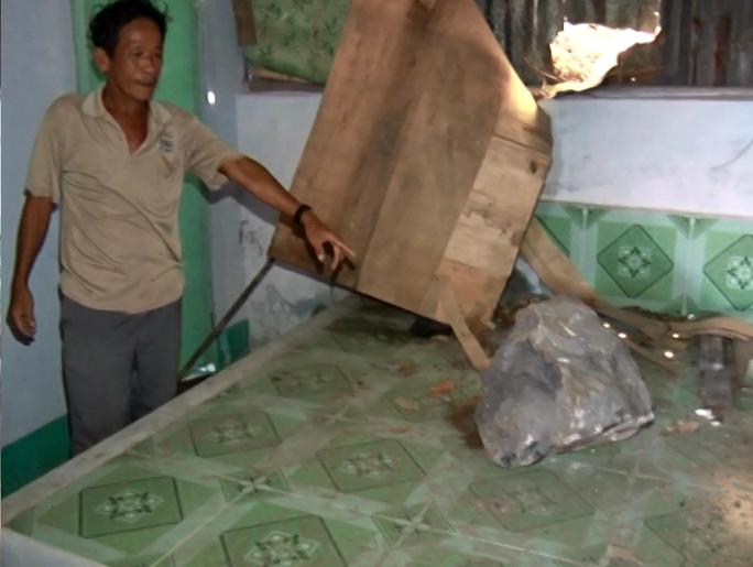 Một tảng đá nhỏ rơi ngay giường ngủ của ông Huỳnh Văn Sang