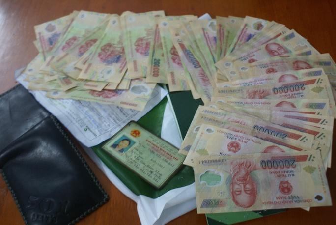 Số tiền mà Quốc trộm trong cốp xe. Ảnh: Công an cung cấp