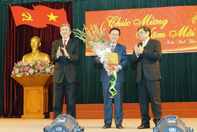 Ông Võ Văn Thưởng (giữa) cùng Thường trực Ban Bí thư Đinh Thế Huynh (trái) và ông Phạm Minh Chính (trái) tại lễ công bố quyết định của Bộ Chính trị