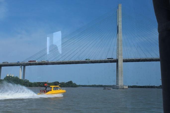 Thỏa thích ngắm sông nước từ tàu 2 thân