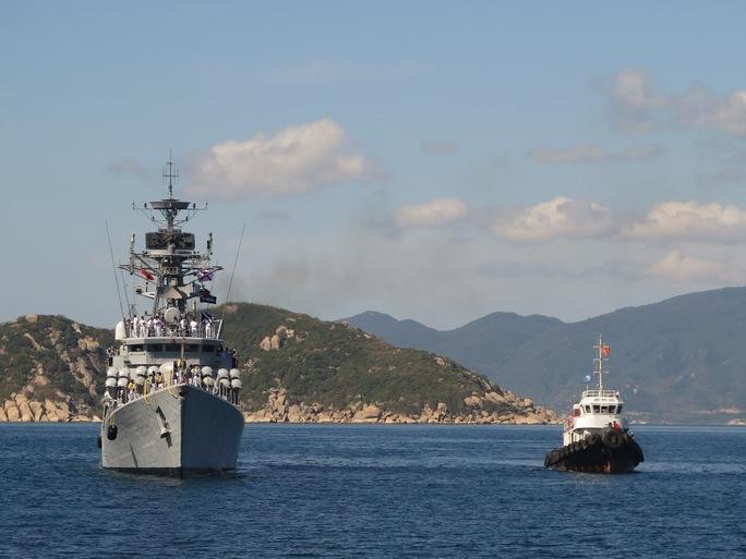Giàn 16 tên lửa ở phía trước tàu hộ tống INS Kirch