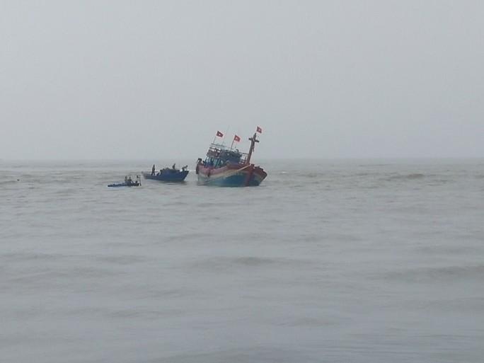 Chiếc tàu cá bị mắc cạn các bờ biển 200m