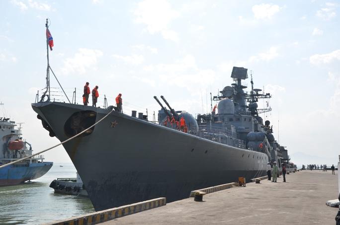 Đội tàu Hải quân Nga gồm tàu khu trục Bystry, tàu chở dầu cỡ lớn Boris Butoma và tàu kéo cứu hộ Altau vừa cập cảng Tiên Sa, Đà Nẵng