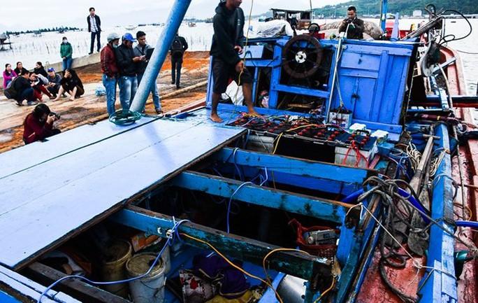 Tàu cá QNg 98459 TS sau khi được lai dắt vào bờ - Ảnh: Zing.vn