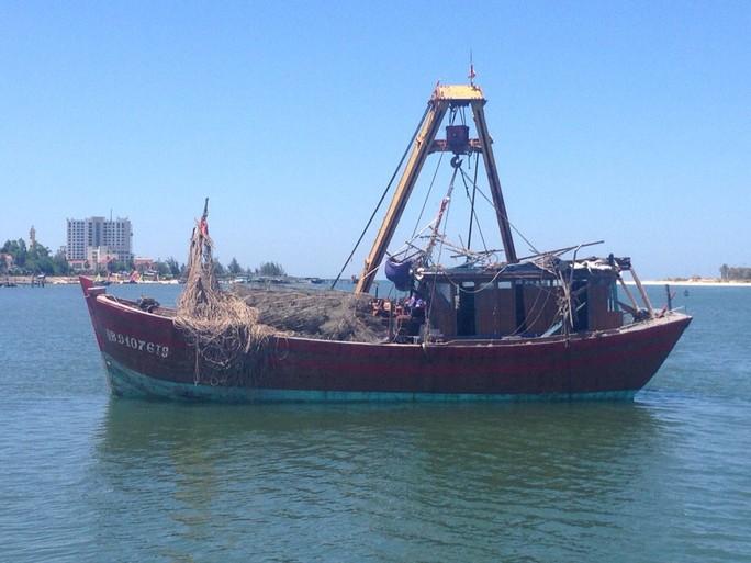 Tàu cá QB - 90176.TS đã được trục vớt thành công và đưa vào bờ an toàn