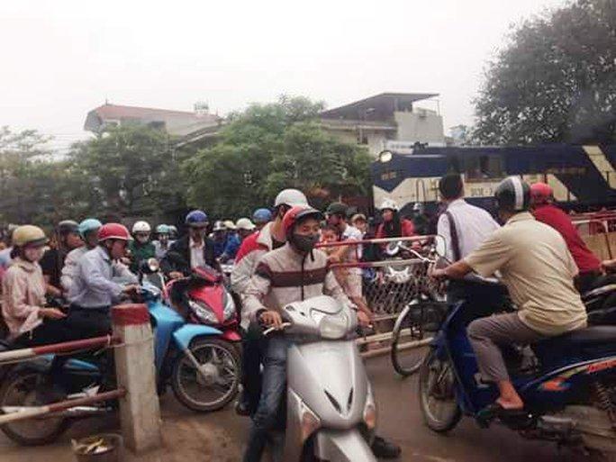 Đoàn tàu phải dừng khẩn cấp vì người đi xe máy không chịu nhường đường - Ảnh: Facebook