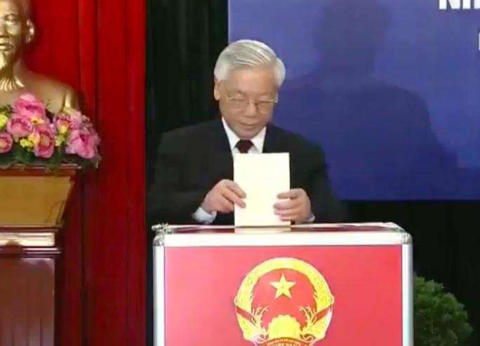 Tổng Bí thư bỏ lá phiếu của mình - Ảnh: Nguyễn Quyết