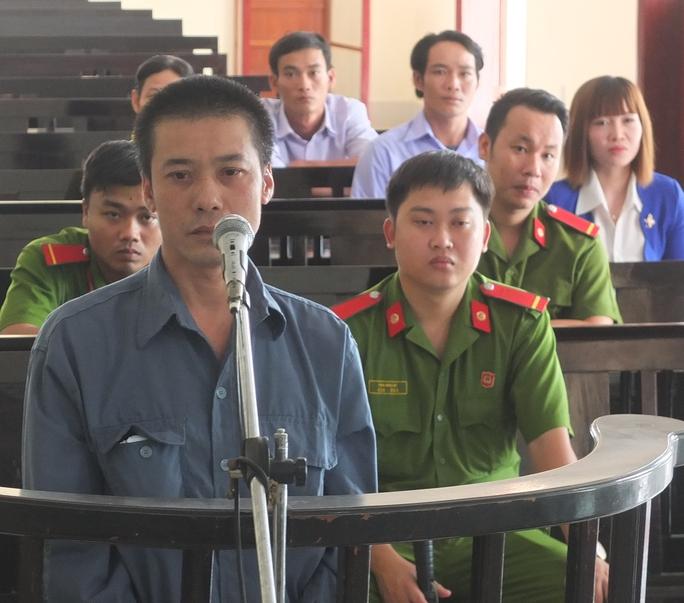 Bị cáo Phan Văn Tèo đang trả lời thẩm vấn trước tòa
