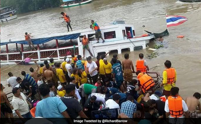 Tàu chở khách Thái Lan bị lật trên sông Chao Phraya. Ảnh: NDTV