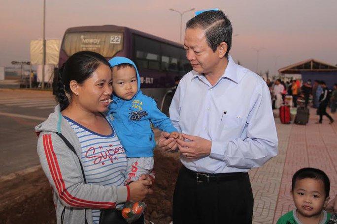 Ông Lê Văn Khoa, Phó Chủ tịch UBND TP HCM, thăm hỏi công nhân về quê ăn Tết trong chương trình Tấm vé nghĩa tình Ảnh: HOÀNG TRIỀU