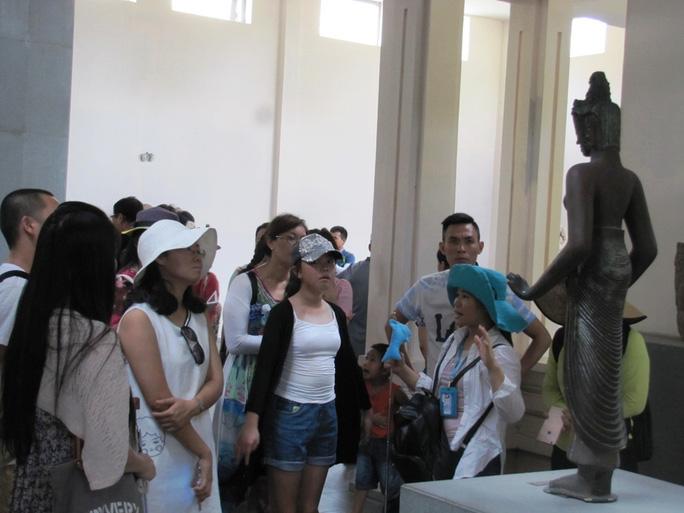 Du khách Trung Quốc tham quan Cổ Viện Chàm Đà NẵngẢnh: HOÀNG DŨNG