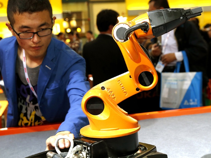 Robot đa chức năng của Công ty KUKA Robotics (Đức) Ảnh: Tân Hoa Xã
