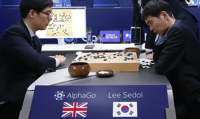 Ông Lee Se Dol (phải) đấu trí với chương trình AlphaGoẢnh: AP