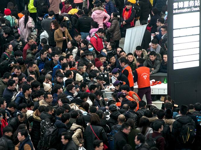 Hành khách đòi lại tiền vé do chuyến bay bị hoãn ở Hàng Châu, tỉnh Chiết GiangẢnh: CHINA DAILY