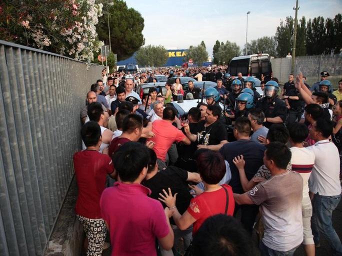 Công nhân Trung Quốc đụng độ cảnh sát Ý hôm 29-6. Ảnh: QQ