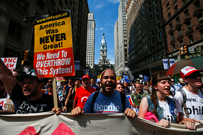 Đám đông ủng hộ ông Bernie Sanders tuần hành tại TP Philadelphia hôm 24-7. Ảnh: Reuters