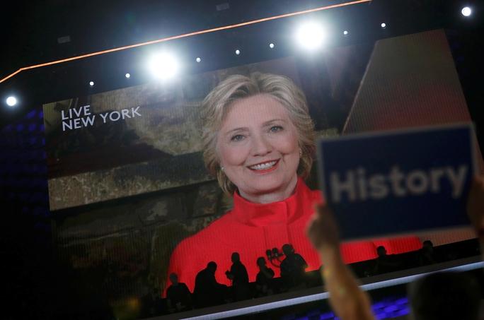 Bà Hillary Clinton đi vào lịch sử Mỹ khi trở thành nữ ứng viên tổng thống đầu tiên của một chính đảng lớn Ảnh: REUTERS