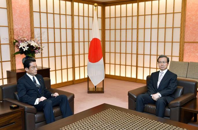 Ngoại trưởng Nhật Bản Fumio Kishida (trái) triệu Đại sứ Trung Quốc Trình Vĩnh Hoa hôm 9-8Ảnh: REUTERS