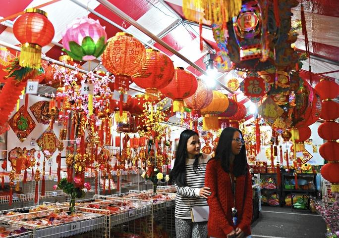 Hai phụ nữ gốc Việt mua sắm để chuẩn bị đón Tết Bính Thân ở TP Westminster - Mỹ.Ảnh: Los Angeles Times