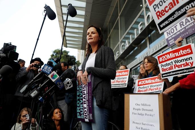 Các nhà hoạt động tập trung tại TP San Francisco gần đây để phản đối bản án dành cho Turner và kêu gọi bãi nhiệm thẩm phán Aaron Persky. Ảnh: Reuters