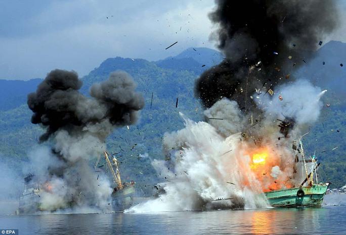 Indonesia từng nhiều lần đánh chìm tàu cá nước ngoài đánh bắt trái phép Ảnh: EPA
