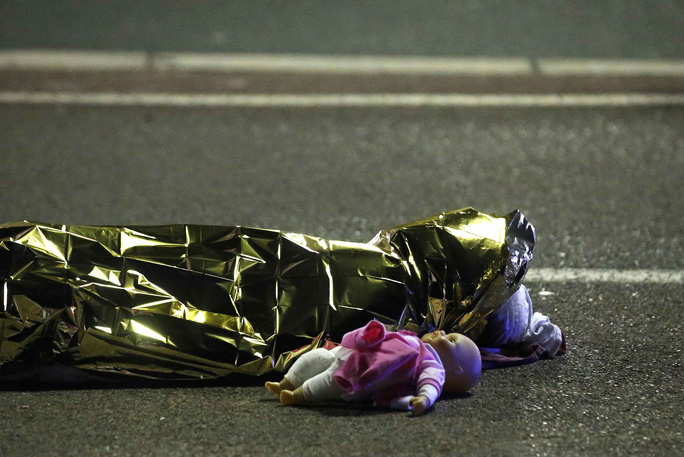 Hình ảnh búp bê bên thi thể một nạn nhân nhỏ tuổi trở thành một biểu tượng đau thương của NiceẢnh: REUTERS