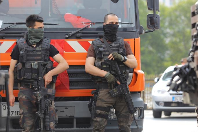 Lực lượng cảnh sát đặc nhiệm đứng gác trước Học viện Không quân ở TP Istanbul ngày 18-7 Ảnh: REUTERS