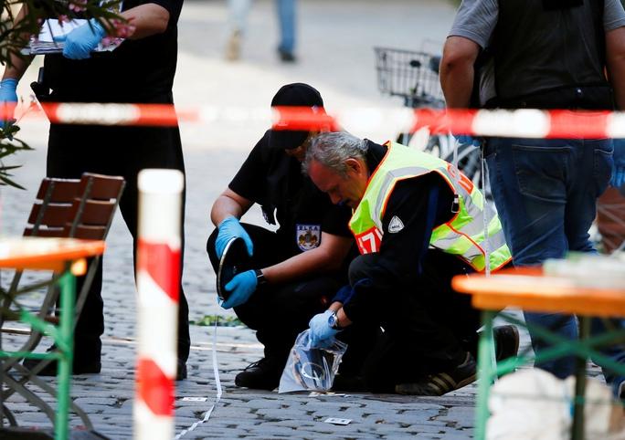 Cảnh sát xem xét hiện trường vụ nổ nhà hàng ở TP Ansbach vào ngày 25-7.Ảnh: REUTERS