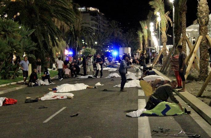 Thi thể các nạn nhân bị xe tải cán trong vụ khủng bố ở PhápẢnh: Top News First