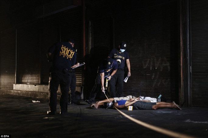 Hai kẻ buôn bán ma túy bị cảnh sát bắn chết tại Manila hồi tuần trước Ảnh: EPA