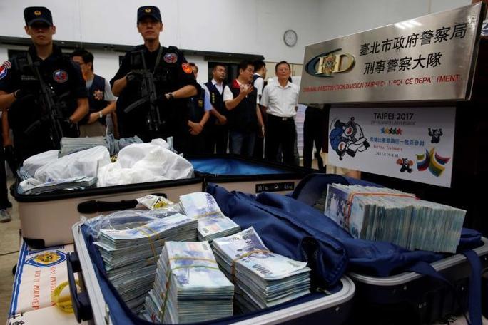 Một phần số tiền bị đánh cắp ở ATM tại Đài Loan được tìm thấyẢnh: REUTERS