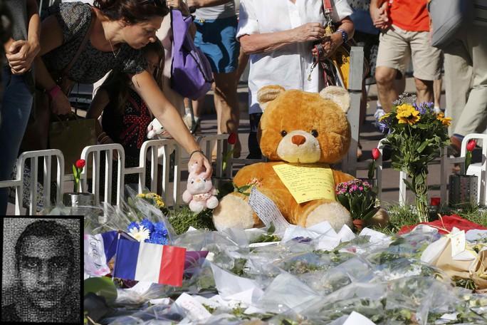 Tưởng niệm các nạn nhân xấu số tại Nice - Pháp hôm 16-7 Ảnh: REUTERS Nghi phạm Mohamed Lahouaiej Bouhlel (ảnh nhỏ) Ảnh: RTE