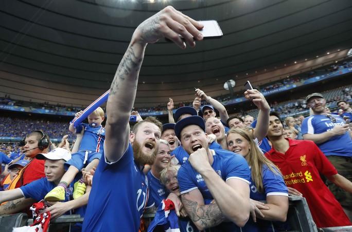 Gunnarsson chụp ảnh với CĐV Iceland sau chiến thắng 2-1 trước Áo rạng sáng 23-6Ảnh: REUTERS