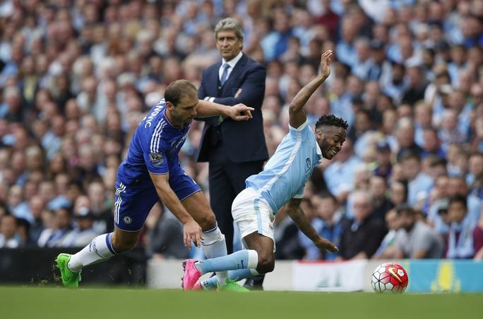 Trung vệ đội trưởng Ivanovic (trái) của Chelsea sẽ có cơ hội đòi nợ Man City khi tái đấu đêm 21-2.Ảnh: REUTERS