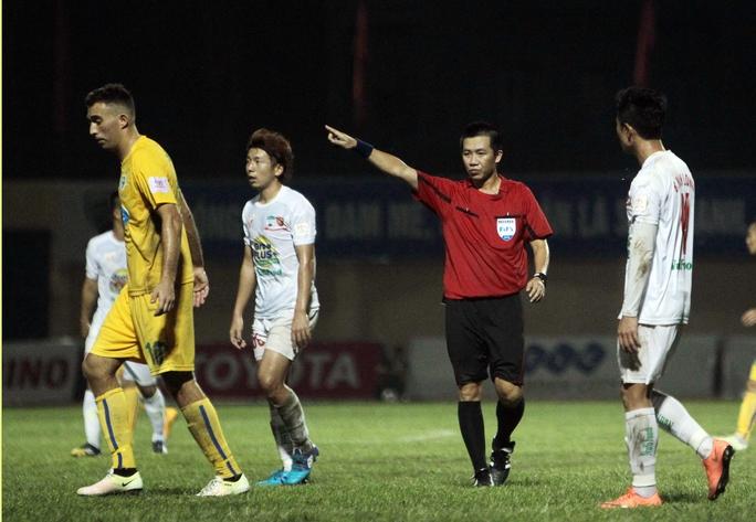 Trọng tài Đức Vũ trong trận FLC Thanh Hóa thắng HAGL 2-1 tối 1-5.Ảnh: Hải Anh
