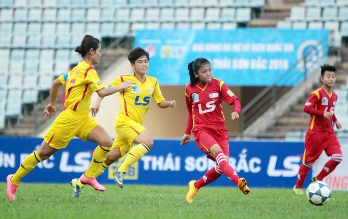 Huỳnh Như (thứ hai từ phải sang), mũi nhọn trẻ trên hàng công đội TP HCM 1 Ảnh: Ngọc Linh