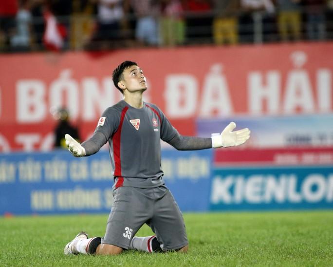Văn Lâm quyết chắt chiu cơ hội khi lần đầu tiên được gọi vào đội tuyển Việt Nam. Ảnh: Hải Anh