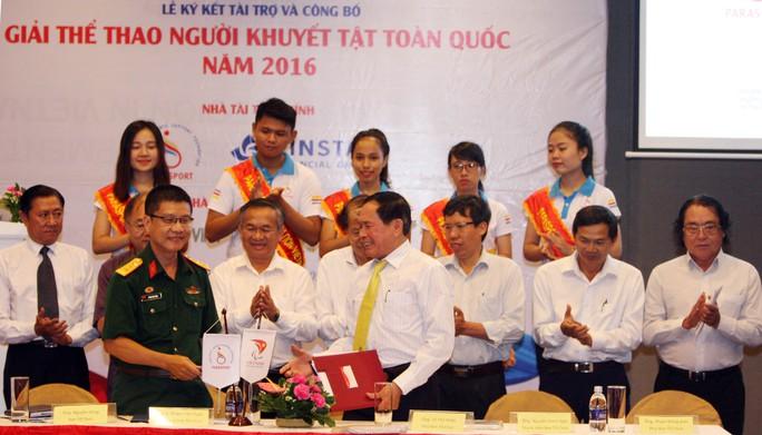 Thượng tá Huỳnh Việt Dũng (trái), Viện trưởng Viện Vật lý Y sinh học thuộc Bộ Quốc phòng, trong lễ ký kết tài trợ