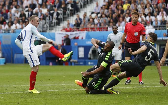 Rooney (trái) đang cần mẫn trong vai trò đội trưởng và khá hiệu quả ở vị trí kiến tạoẢnh: REUTERS