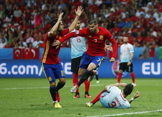 Morata (7) nhiều khả năng vẫn được đá chính trong đội hình Tây Ban Nha để làm quen với sức ép.Ảnh: REUTERS