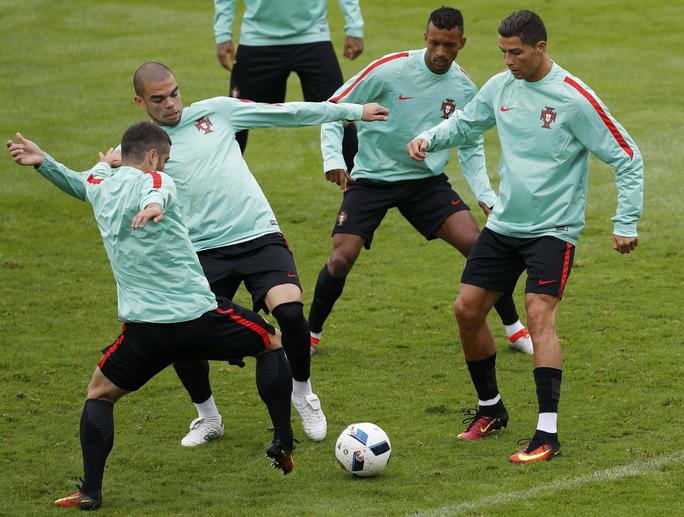 Ronaldo cùng đồng đội trong buổi tập chiều 21-6Ảnh: REUTERS