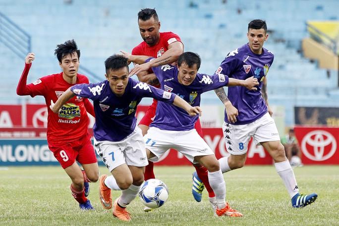 Nếu Văn Toàn (9) và đồng đội không có điểm trước Hà Nội T&T, ông Nguyễn Quốc Tuấn nhiều khả năng mất ghế HLV trưởng HAGLẢnh: Hải Anh