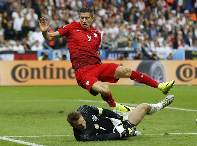 Lewandowski còn thiếu bàn thắng để cùng Ba Lan tiến vào tứ kết Ảnh: REUTERS