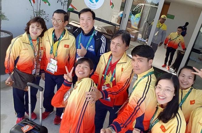 Ánh Viên cùng một số thành viên đoàn Việt Nam trước khi cô quay lại Mỹ tập huấn Ảnh: Thu Sâm